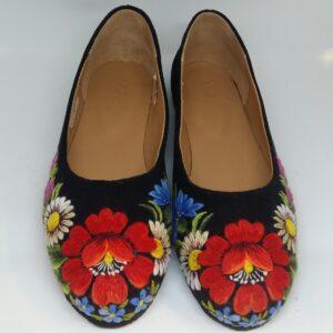 käsitsi tikitud kingad